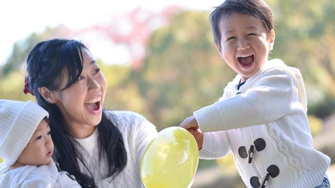 子供2人と遊ぶ母親
