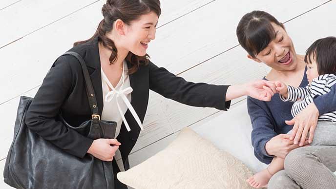 子供を預けるシングルマザー