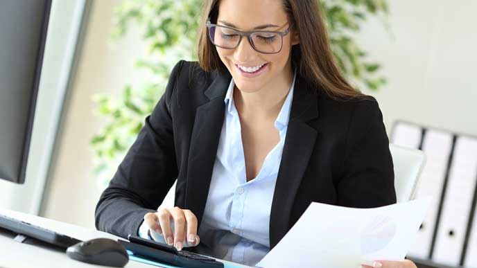 事務の仕事をする女性