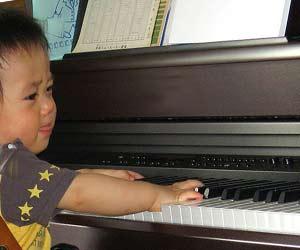 ピアノを弾く三歳児