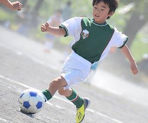 サッカー練習する子供