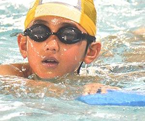 水泳の練習する小学生