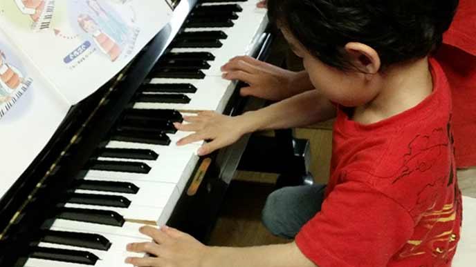ピアノの練習をする幼児