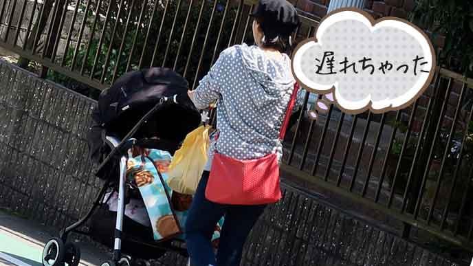 ベビーカーを押して歩く母親