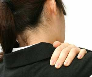 肩を揉む制服の女性