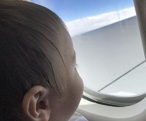 飛行機は翼の近く