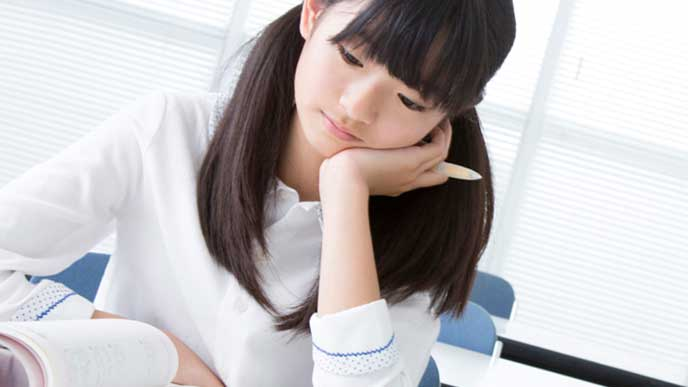学習塾での勉強に行き詰まる女の子