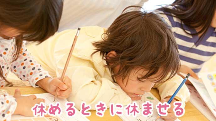 保育園で勉強している子供達
