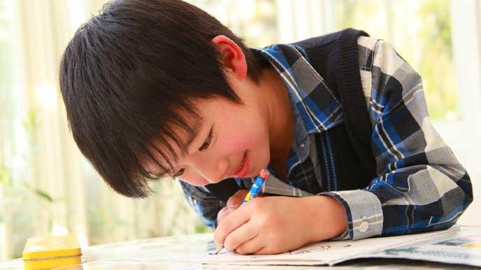 宿題をしている男の子