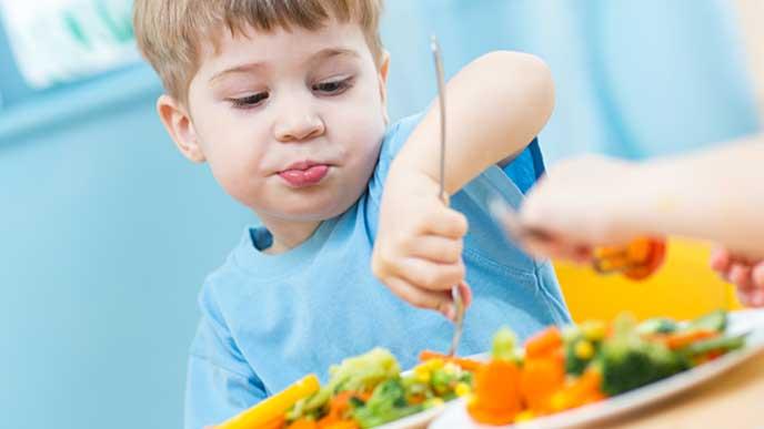 保育園で給食を食べる男の子