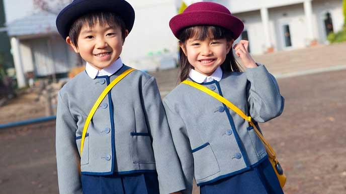 園の制服を着て並んで立つ園児