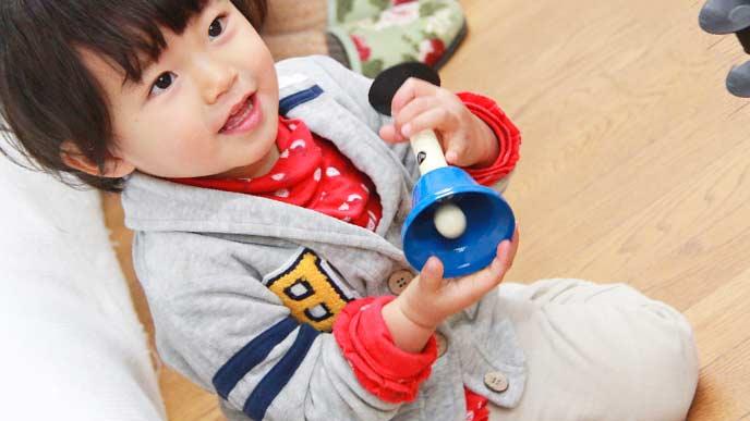 2歳児がハンドベルを持っている