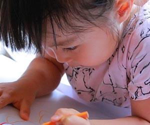 集中する子供