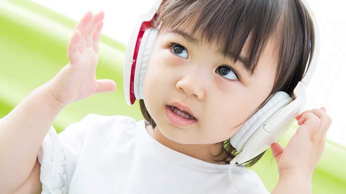 音楽を聴く幼児