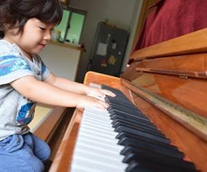 ピアノを弾く幼児