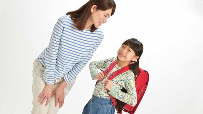 子供1人(小学生)に話しかける母親