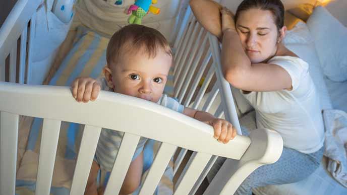 赤ちゃんのお守で寝不足の女性