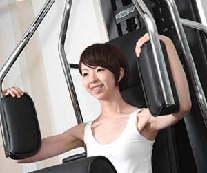 ジムで筋力トレーニングする女性