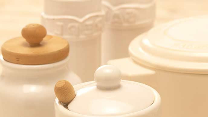 調味料容器が並ぶ食卓