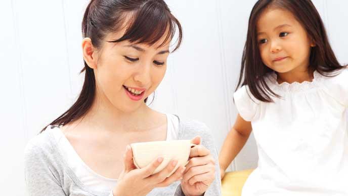 紅茶を飲みつつ娘に語り掛ける母親