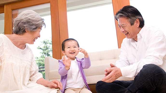 孫と遊ぶおじいちゃんとおばあちゃん