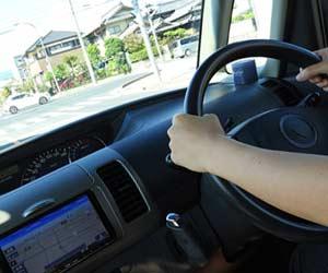 自動車を運転する女性の手