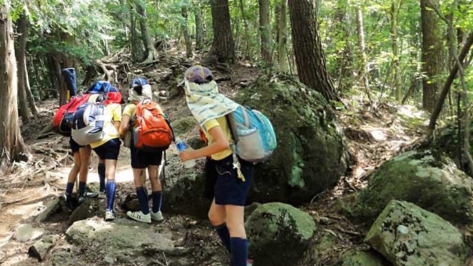 山道を歩くボーイスカウトの少年達