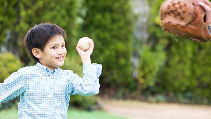 親とキャッチボールをしている子供