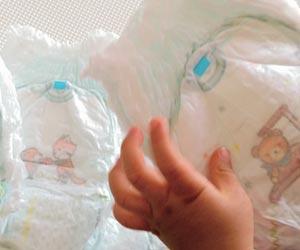 オムツを触る幼児の手