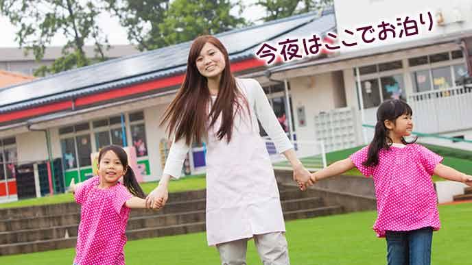 保育園の前で子供と手をつなぐ