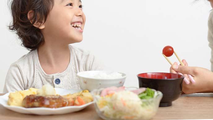 家事代行サービスで食事の世話をしてもらう子供