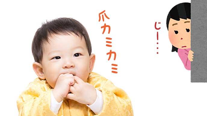 口に手を入れて爪を噛む子供と遠くから壁ごしに見守る母親のイラスト