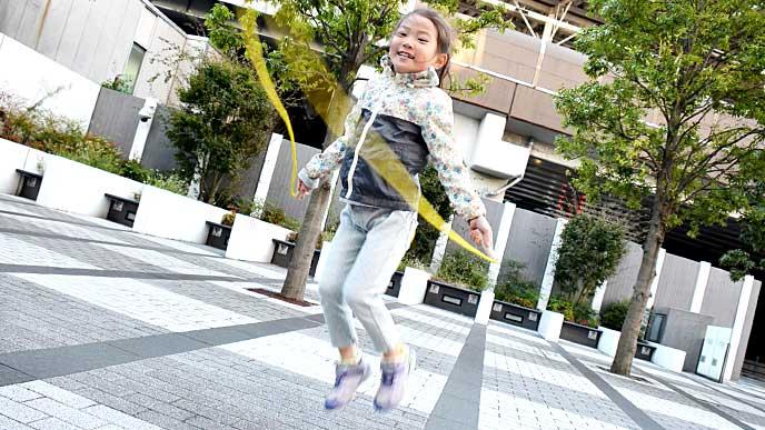 公園で縄跳びをしている女の子