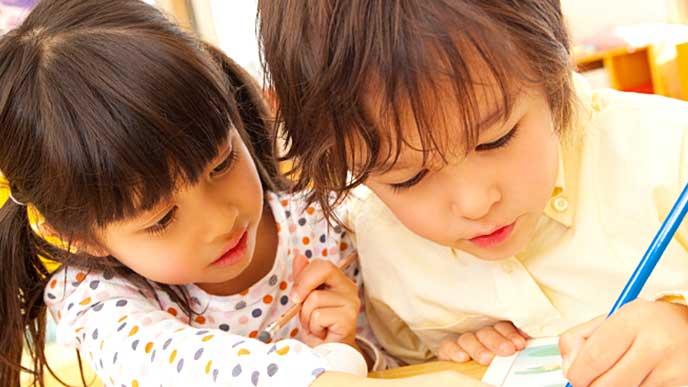 保育園の教室で仲良く勉強している子供達