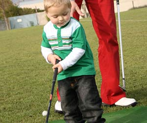 ゴルフのクラブを持つ幼児