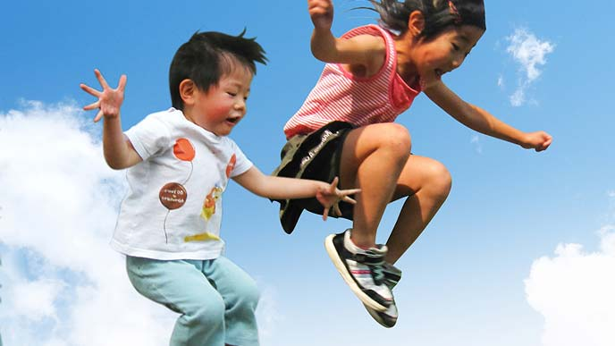 ジャンプする幼児