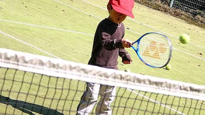 テニスの練習をする幼児