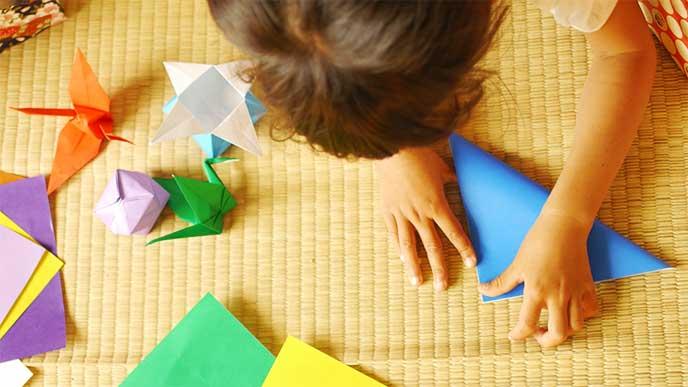 折り紙をしてる女の子