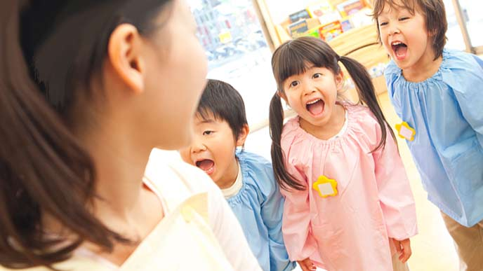 園児に歌を教える先生
