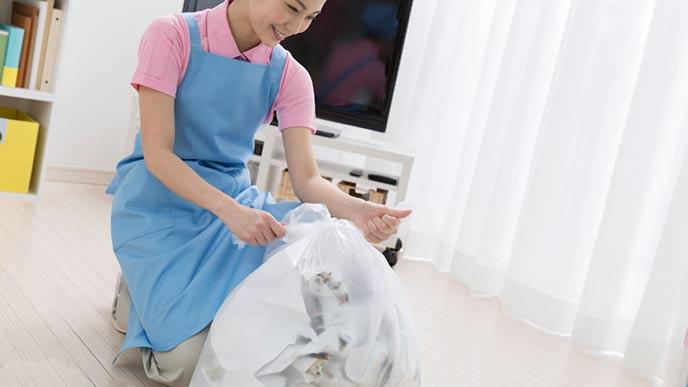 ゴミの片付けをする家事代行サービスの女性