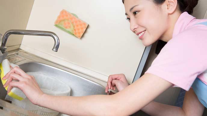 シンクを磨く家事代行サービスの女性