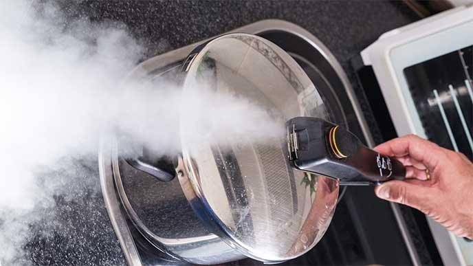沢山の蒸気を吹き出してる圧力鍋