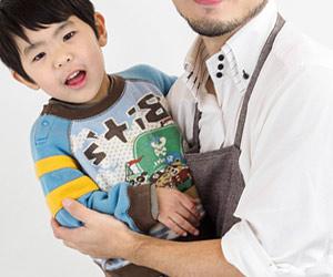 子供の面倒を見る男性