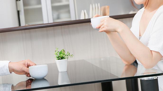 二人でお茶を飲む夫婦