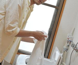 洗濯する男性