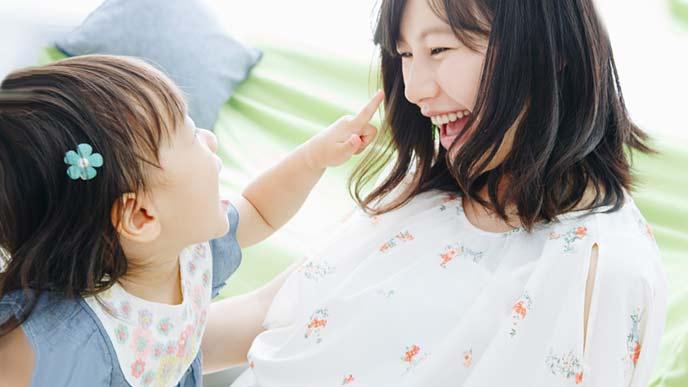 遊ぶ幼児と笑顔の母親