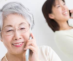 母親と電話で話す女性