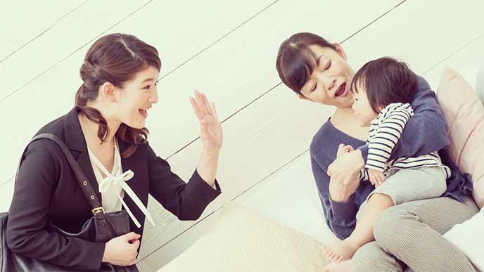 姑に子供を預けて出かけようとしている笑顔のお嫁さん