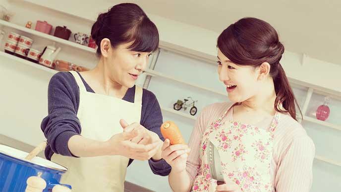 嫁と仲良く笑顔で料理を作ってる姑