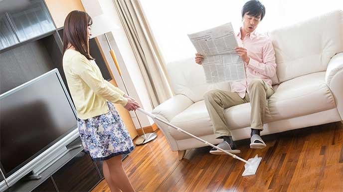 新聞を読んで掃除を手伝わない旦那